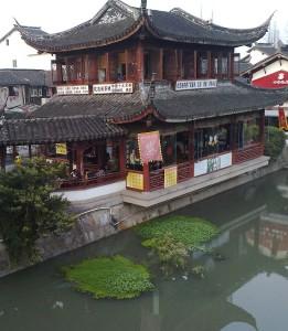 K hus vid kanal